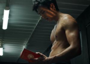 新田真剣佑のムキムキな筋肉